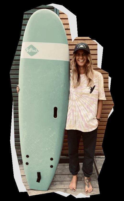 Kamila Rosik z deską do surfingu