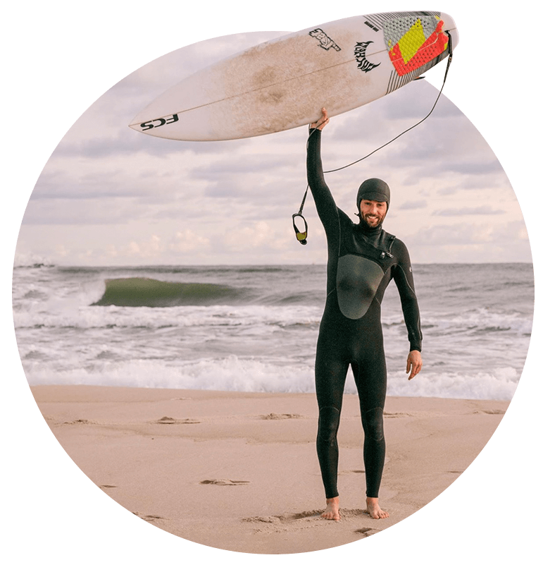 Surfer z deską w ręce