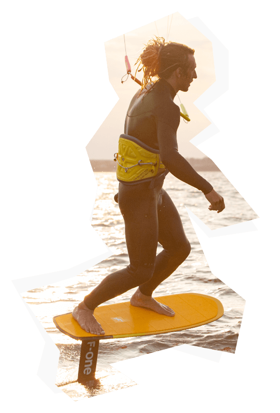 Surfer na kitesurfingu