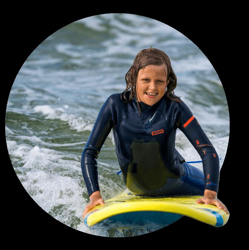dziecko na desce surfingowej