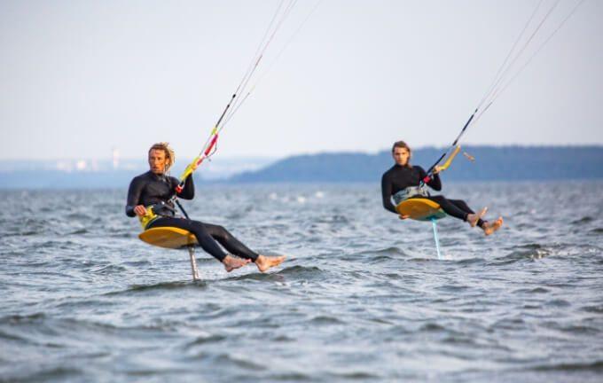 Dwóch surferów pływających na kitefoil
