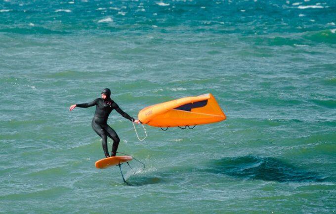 Surfer na wingfoilu