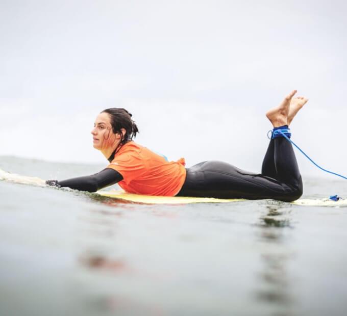 Surferka plynąca na desce
