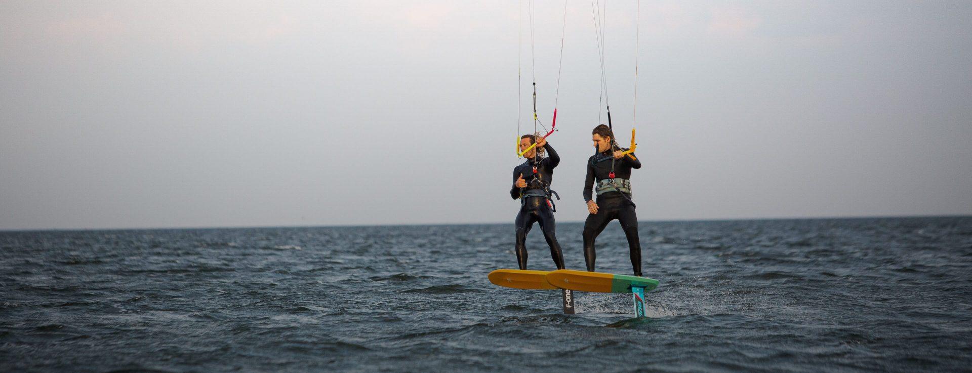 dwóch mężczyzn na kitefoilach