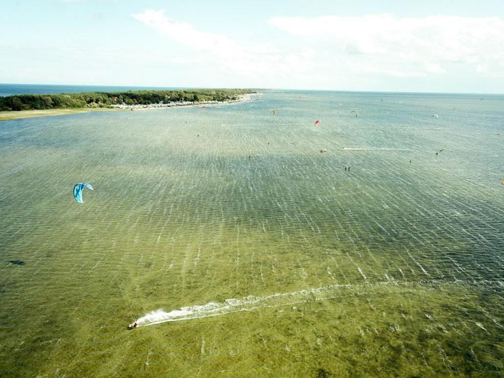 Dlaczego kitesurfing i surfing są tak popularne na Półwyspie Helskim? I jakie płyną korzyści z ich uprawiania?